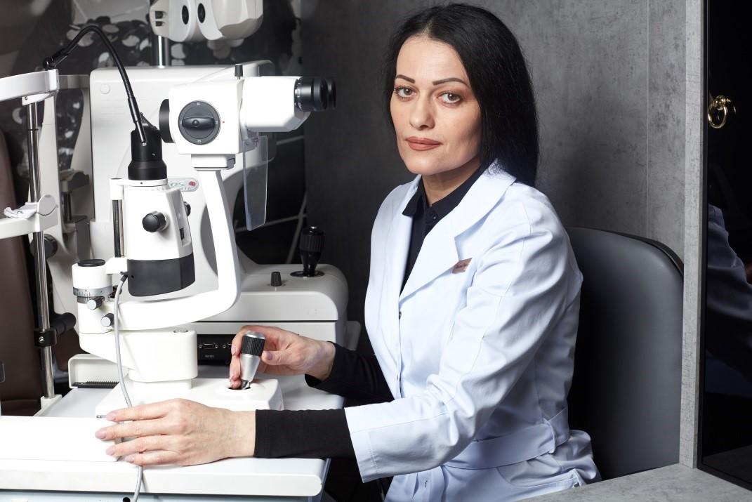 Врач-оптометрист в салоне оптики TREND OPTIKA